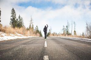 Ein Mann geht selbstbewusst eine Strasse entlang