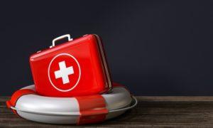ein Erste Hilfe Kasten auf einem Rettungsring - praktische Hilfe gegen Stress