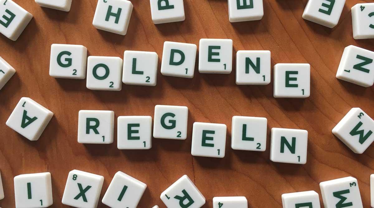 Das Wort goldene Regeln auf Scrabble-Steinen.