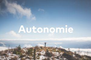 Ein Mensch steht allein auf einem Berg - er ist autonom.